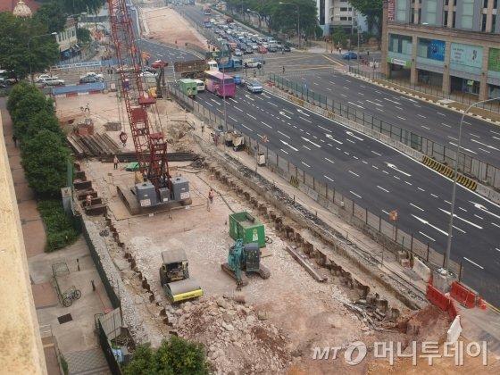 지난해 10월 방문한 싱가포르의 한 지하철 공사현장. 안전관리가 철저할 뿐 아니라 기존 도로 차선을 줄이지 않고 공사를 진행해야 한다. / 사진=송학주 기자