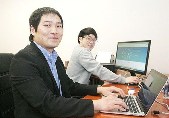 실리콘밸리 코트라(KOTRA)내 글로벌혁신센터에서 웹사이트 공식 런칭을 위해 개발에 열중하고 있는 드림스퀘어 한신환(왼쪽)대표와 전정호 마케팅 플래너./사진제공=드림스퀘어<br />