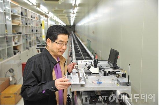 엄태봉 박사가 50m 범위의 장거리 레이저 간섭계를 교정 중인 모습./사진제공=한국표준과학연구원