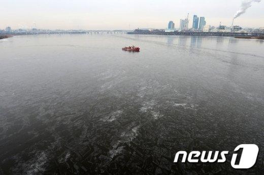 [사진]한강 쇄빙 작업