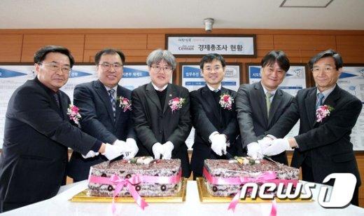 [사진]기념떡 커팅 중인 유경준 통계청장