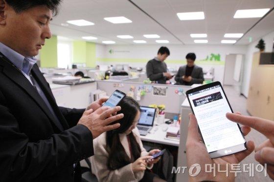 LG 임직원이 경제활성화 입법 촉구 온라인서명을 진행하고 있다/사진제공=LG