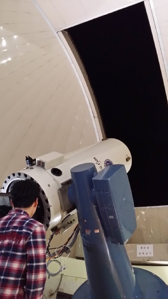 소백산 천문대 안에 있는 천체관측망원경. 망원경은 2015년으로 40세를 맞았다. 망원경의 생일은 오리온대성운을 관측한 12월 27일이다. 사진은 2015년 1월, 눈이 오지 않은 맑은 밤, 돔을 열고 관측을 하는 모습. 갤노트3/사진=신혜선 부장