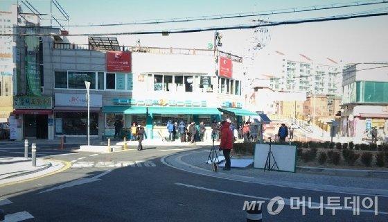 지난 25일 강동구 천호역 인근에서 진행된 야외 촬영 현장. 이날 서울의 최저기온은 영하 10도였다. /사진=김주현 기자