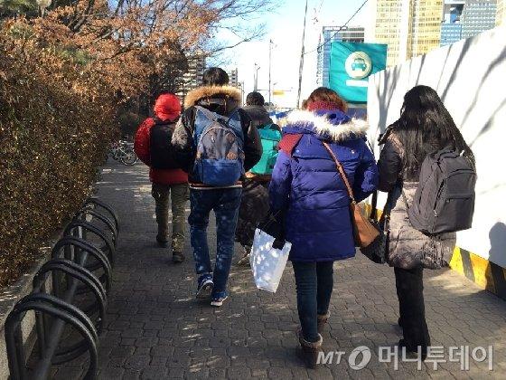 지난 25일 진행된 드라마 촬영이 끝난 후 퇴근하는 엑스트라 아르바이트생들의 뒷모습 /사진=김주현 기자