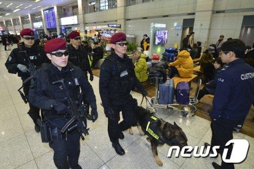 [사진]폭발물 탐지견 투입된 인천공항