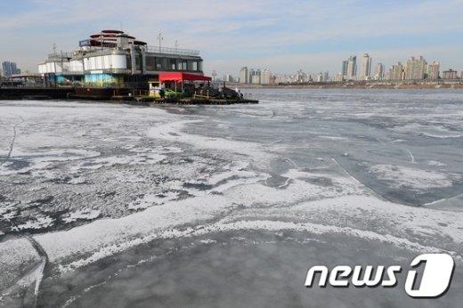 [사진]얼어붙은 한강...'다시 추위 온다는데'