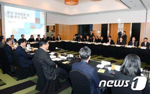 [사진]주형환 산업통상자원부 장관, 중국 경제동향 및 수출 투자전략회의 참석