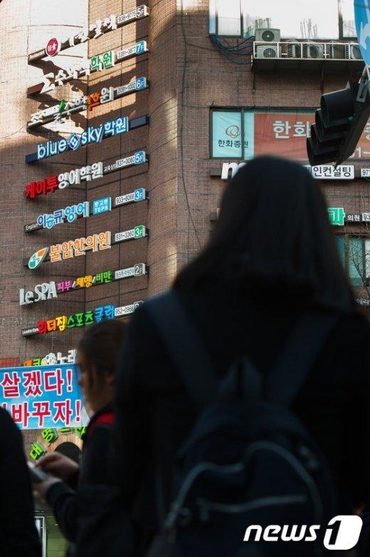 서울 중계동 학원가에서 학교수업을 마친 학생들이 학원으로 향하고 있다/뉴스1 자료사진 ⓒNews1