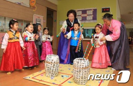 [사진]조부모와 함께하는 어린이집 설맞이 행사