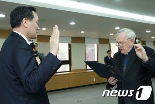 [사진]김현웅 장관, 특별공로자 국적증서 수여