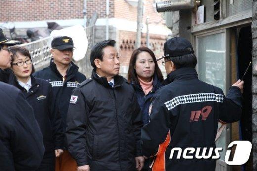 [사진]설 앞두고 쪽방촌 찾은 박인용 장관