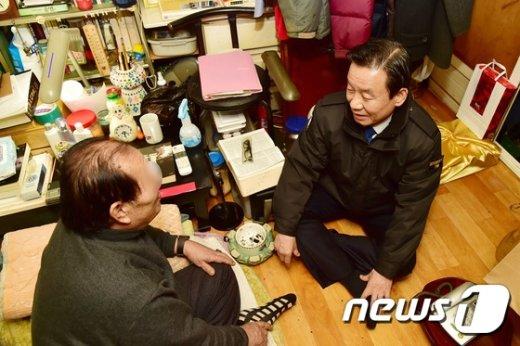 [사진]쪽방촌 찾은 박인용 안전처 장관