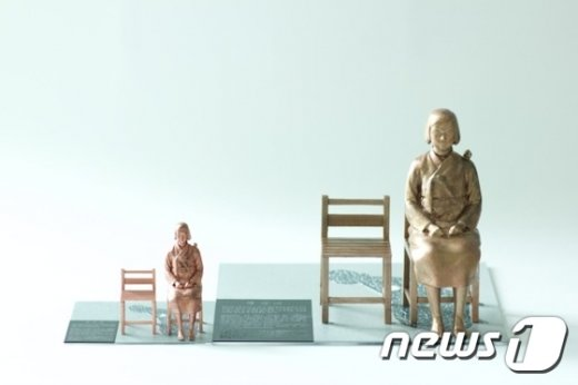 작은 소녀상. 왼쪽이 10cm, 오른쪽이 20cm 크기의 소녀상이다(텀블벅 제공)© News1