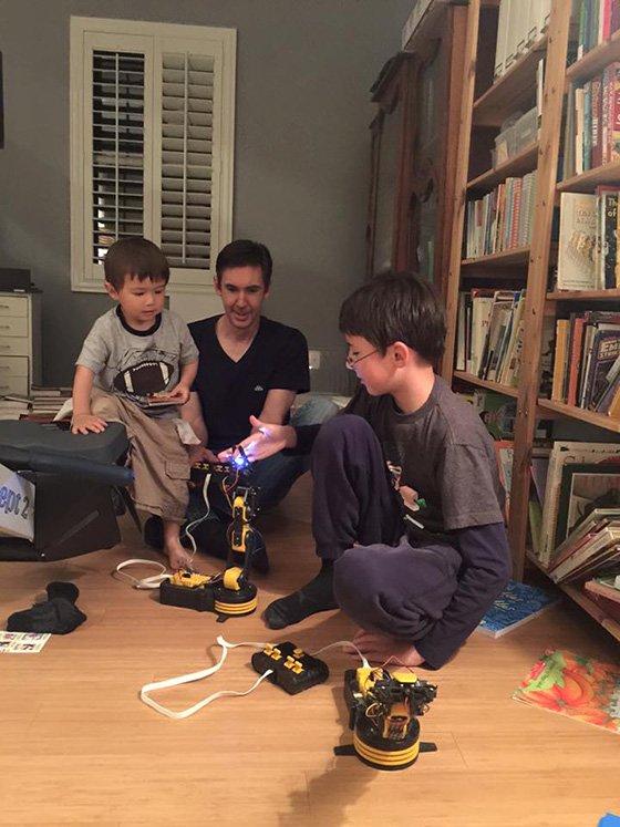 실리콘밸리 아이들은 코딩이 생활 그 자체이다. 전기공학 세트로 로봇 팔을 만들고 있는 이진씨의 조카들./사진제공=이진