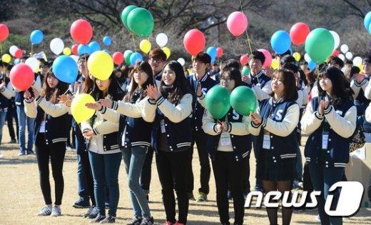 [사진]'활짝 핀 대학 새내기'
