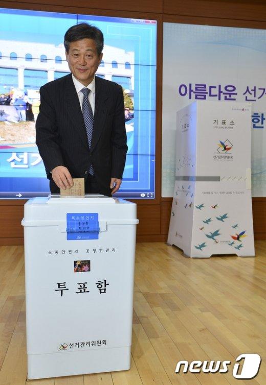[사진]이인복 중앙선관위원장, 사전투표 시연
