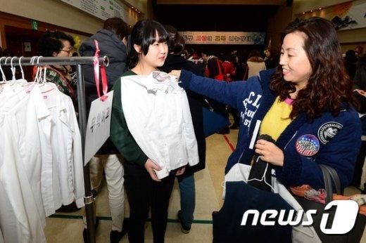 [사진]'사랑의 교복 나눔 장터 찾은 모녀'