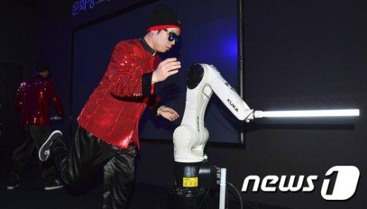 [사진]산업용 로봇 '춤도 잘 추네'