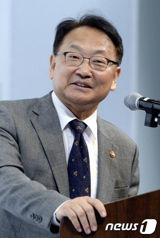 [사진]기조강연하는 유일호 경제부총리
