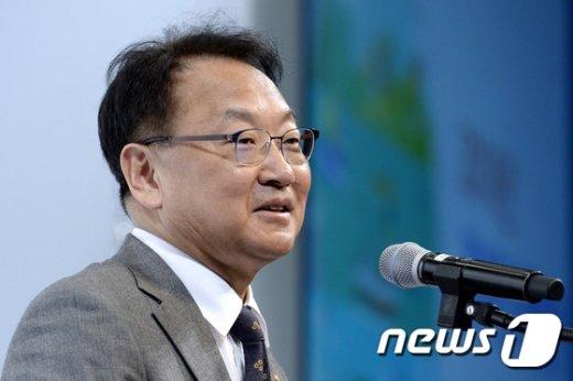 [사진]유일호 부총리 '한국경제 전망은'