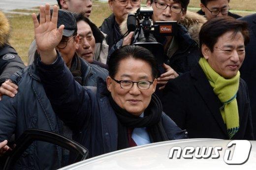 대법원서 무죄 취지로 파기환송  선고를 받은 박 지원 무소속의원이 18일 서울 서초구 서초동 대법원 법정을 나서  차량에 오르며 손을 흔들어 인사하고 있다. 2016.2.18/뉴스1 © News1 이광호 기자