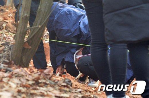 [사진]친딸 살해 암매장 사건 현장검증