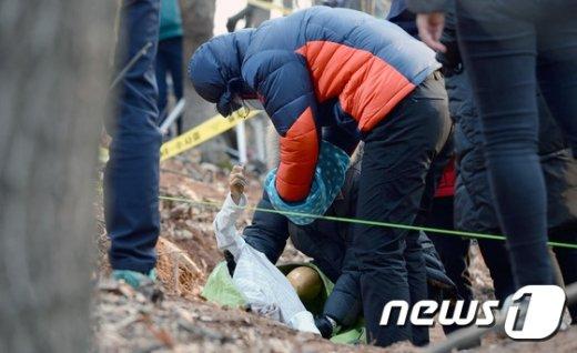 [사진]'친딸 살해, 암매장' 비정한 친모 현장검증