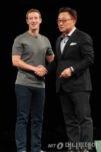 페이스북 CEO 마크 저커버그와 고동진 삼성전자 무섭사업부 사장이 지난 21일 스페인 바르셀로나에서 열린 삼성 언팩 행사에서 협업관계를 과시하고 있다.