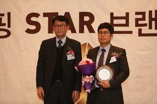 김상대 뉴트리365 대표(사진 오른쪽)가 '2016 홈쇼핑 STAR 브랜드 대상' 시상식에서 다이어트 식품 부문 대상을 수상한 뒤 기념 촬영을 하고 있다/사진제공=뉴트리365