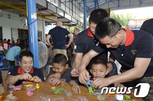 [사진]한·미·태 연합봉사단 장병들 '점토공예 즐거워요'