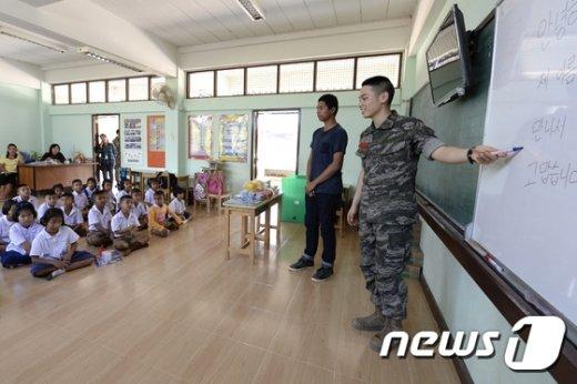 [사진]해병대 장병들 '태국 학생들에게 한국어를'
