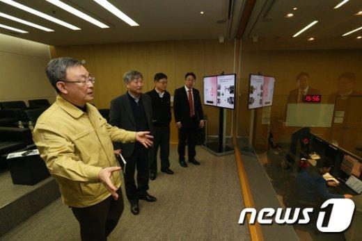 [사진]최성준 위원장 '휴대폰 본인확인서비스 시스템 점검'