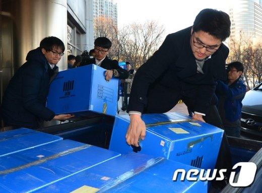 검찰이 지난 17일 서울 송파구 방이동 대한수영연맹 사무실을 압수수색하고 압수품이 담긴 상자를 차량으로 옮기고 있다. © News1 구윤성 기자
