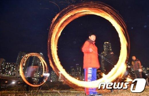 [사진]'도심 속 쥐불놀이'