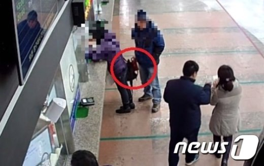 지난해 12월16일 남부터미널 매표소에서 피해자가 매표원과 이야기를 나누는 사이 이씨가 가방에서 지갑을 꺼내는 모습. (서울 서초경찰서 제공) © News1