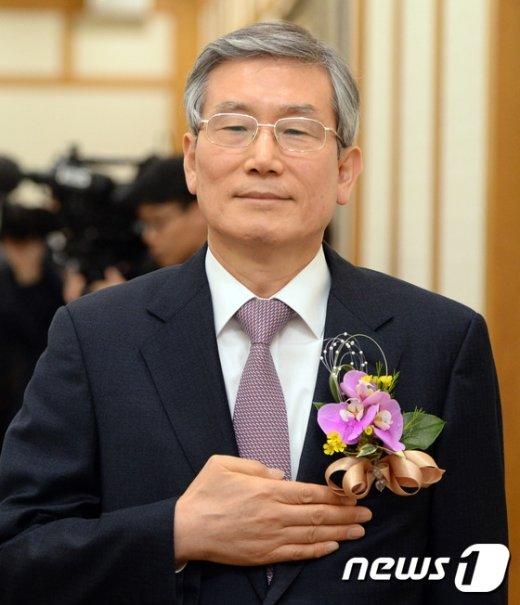 [사진]국민의례하는 신임 고영한 법원행정처장