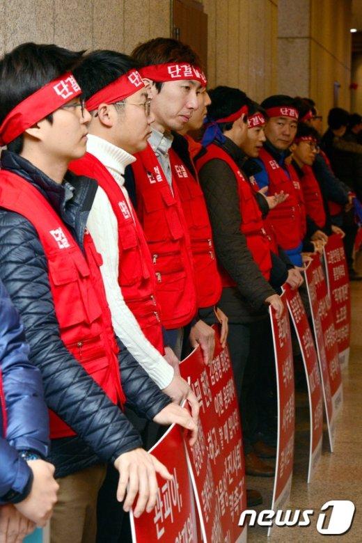 [사진]대한체육회 정기대의원총회장 앞에 늘어선 노조원들