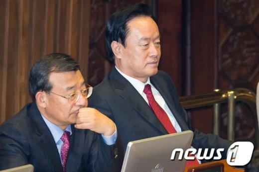 포스코 비리에 연루된 이병석 새누리당 의원(오른쪽)이 4일 서울 여의도 국회에서 열린 제339회국회(임시회) 제1차 본회의에 참석하고 있다. 2015.2.4/뉴스1 © News1 유승관 기자