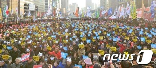 서울 광화문광장에서 열린 제3차민중총궐기 모습. 2015.12.19/뉴스1 © News1 손형주 기자