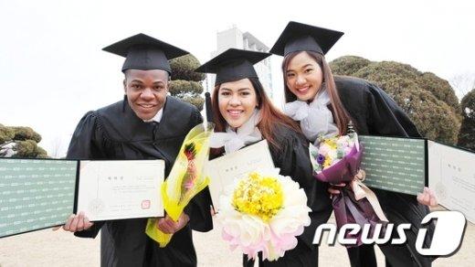 """[사진]""""저희 졸업했어요!"""""""