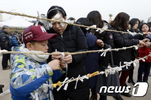 [사진]'달집에 태울 소원 매달기'