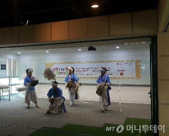 24일 오후 서울 강남구 '이노레드' 사옥에서 연희집단 '더 광대'가 직장배달콘서트의 일환으로 신명나는 풍물놀이를 선보이고 있다. /사진=박다해 기자