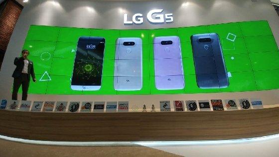 LG전자가 24일(현지시간) 스페인 바르셀로나 에서 열린 'MWC 2016'에서 'LG G5와 프렌즈(Friends)'로 참가기업 중 32개로 최다 수상의 영예를 안았다. 이날 LG전자는 받은 상패를 한 장의 사진에 모두 담을 수 없어 LG G5의 135도 광각 카메라로 촬영해 언론에 배포하는 해프닝을 연출했다. <br />