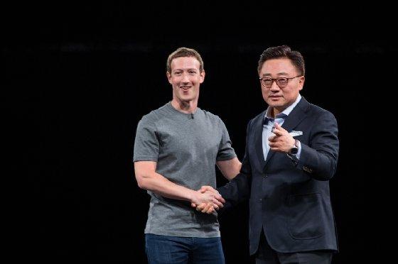 삼성전자 무선사업부장 고동진 사장과 페이스북 CEO 마크 저커버그가 지난 21일(현지시간) 스페인 바르셀로나에서 열린 삼성 갤럭시 언팩 행사 무대에서 악수를 나누고 있다.