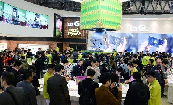 세계 최대 모바일 전시회 '모바일 월드 콩그레스(MWC) 2016' LG전자 부스에서 외국인 관람객들이 LG전자의 핵심 전시제품들을 살펴보고 있다. LG전자는 전략 스마트폰 'G5'와 보급형 스마트폰 'X 시리즈', '스타일러스 2' 등 350여개 제품을 전시했다.<br />  <br />
