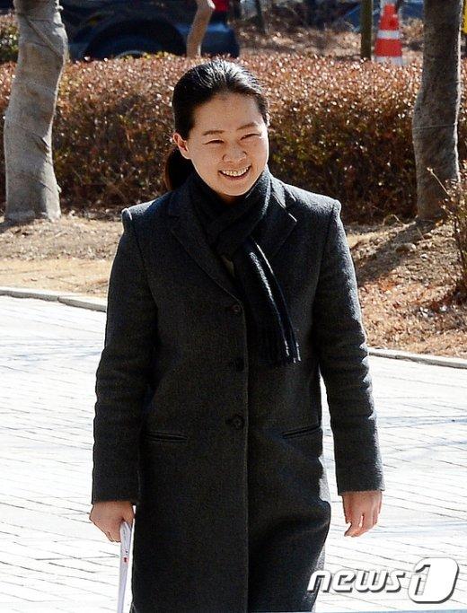 [사진]밝은 미소 지으며 법정 향하는 권은희 의원