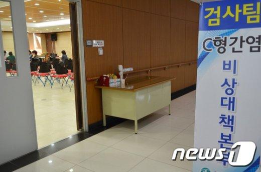 원주 한양정형외과의원 내원자를 상대로 C형간염 검사를 진행 중인 원주시보건소./뉴스1 © News1 권혜민 기자