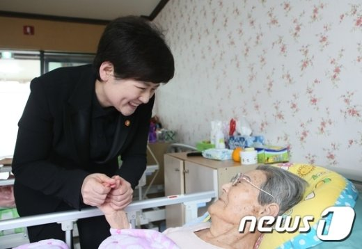 [사진]일본군 위안부 피해자 할머니 손 잡은 강은희 장관