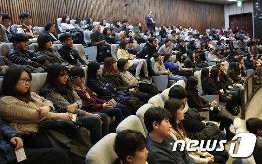 [사진]국회 본회의장 방청석은 만원 '필리버스터 참관 중'